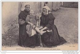 56) MOEURS ET COUTUMES BRETONNES - ENVIRONS DE MUZILLAC  (MORBIHAN) UNE REBOUTEUSE  REMETTANT UNE JAMBE DÉMISE - Frankrijk