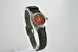 Watches : YEMA CLUB HAND WIND - RaRe RED DIAL  - 1980's  - Original - Swiss Made - Running - Excelent Condition - Orologi Moderni