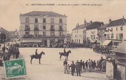 Bruyéres En Vosges - La Revue Du 14 Juillet - Défilé Du 44e De Ligne (Hôtel Terminus, Foule, Drapeaux, Vespatienne) - Bruyeres