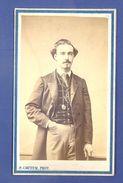 HOMME ELEGANT -  PORTAIT PHOTO CDV PAR PAUL COUTEM PHOTOGRAPHE DE LA MAISON DE L'EMPEREUR  à VICHY - 2° EMPIRE-  TB - Ancianas (antes De 1900)
