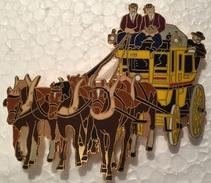 VIEILLE DILIGENCE POSTAL  - CHEVAUX - PFERDE - HORSES - COCHERS EN  VESTES BRUNES - 7 Cm / 6 Cm   -    (18) - Transportation