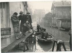 Photo De Presse - Dans COURBEVOIE Inondé - Crue De La Seine 1955 - Lieux