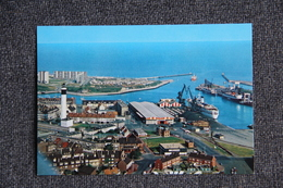 CALAIS - Le Phare, Le Port Et Les Jetées - Calais