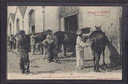 CPA MILITAIRES - ARTILLERIE FRANCAISE - ?? Régiment - Artillerie De Campagne - Au Quartier - Le Pansage TB PLAN CHEVAUX - Regiments