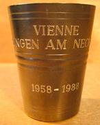 GOBELET VIENNE ESSLINGEN AM NECKAR 1958-1988 / AUERHAHN ZINN  EXLUSIV ( COQ DE BRUYERE L'ETAIN EXCLUSIV ) - Tins