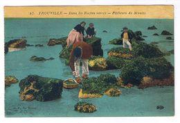 TROUVILLE  DANS LES ROCHES NOIRES PECHEURS DE MOULES - Trouville