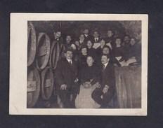 Photo Originale Guerre 1914-1918 Groupe De Personnes à L'abri Dans Une Cave Pdt Bombardement Par Bertha Tonneaux Vin - Guerre, Militaire