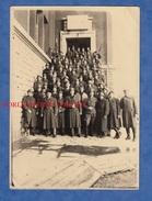 2 Photos Anciennes - Caserne & Régiment à Identifier - Voir Immeuble - Soldat / Uniforme / Casque / Insigne - Post WW2 - War, Military