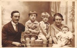 SAINT DIE  UNE FAMILLE  CARTE PHOTO  PHOTOGRAPHE J.BASTIEN - Saint Die
