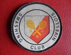 NIVELLES - Écusson Smashing Club Nivellois - Tennis - Habits & Linge D'époque