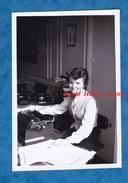 Photo Ancienne - CNPF Conseil National Du Patronat Français - Intérieur D'un Bureau - Femme Travail Work Girl Téléphone - Métiers
