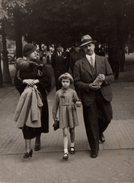 Photo Originale Marcheurs De Rues - Famille Civile Suivie Par Des Soldats Vers 1940 - Personnes Anonymes