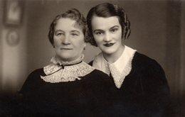 Carte Photo Originale Portrait De Femmes Au Maquillage Prononcé, Rouge à Lèvre Façon Joker & Cols Dentelles 1937 - Personnes Anonymes