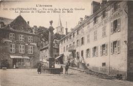 15 - CHAUDESAIGUES - Un Coin De La Place Du Gravier - La Montée De L'Eglise Et L'Hôtel Du Midi (impeccable) - Other Municipalities
