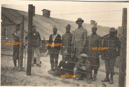 WW2 PHOTO ORIGINALE ALLEMANDE  Prisonnier De Guerre Français COLONIAL PG Derrière Barbelés DEFAITE DEBÂCLE 1940 - 1939-45
