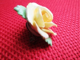Broche En Porcelaine Rose Très Fine Adderley Floral  Made In England Années 80 TBE - Broches