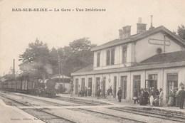 BAR SUR SEINE - LE TRAIN ARRIVE EN GARE - TRES BELLE CARTE - ANIMATION SUR LE QUAI -  TOP !!! - Gares - Avec Trains