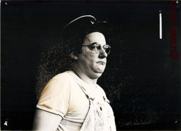 PHOTOGRAPHIE ORIGINALE COLUCHE COMIQUE HUMORISTE SPECTACLE POLICIER GENDARME - Personalidades Famosas