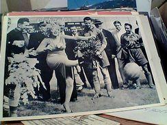 MARILYN MONROE  ATTRICE CINEMA FILM Nel 1957 Con Calciatori N1995 GH16804 - Artisti