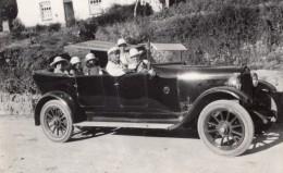 Groupe De Touristes Dans Voiture Decapotable A La Campagne Chauffeur Ancienne Photo 1930 - Cars