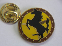 Pin's - FERRARI - Cheval Noir Logo Ferrari Sur Un Volant Automobile - Ferrari
