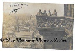AOUT 1919 - STRASBOURG - MILITAIRES EN HAUT DE LA CATHEDRALE - BAS RHIN - CARTE PHOTO MILITAIRE - Personnages