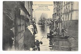 PARIS (cpa 75)  Le XV° Arrondissement Inondé, La Rue St Charles (près La Place Beaugrenelle) -   - L 1 - Arrondissement: 15
