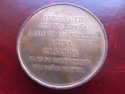MEDAILLE ALFONSO XII REY DE ESPANA MARIA DE LAS MERCEDES REINA CASADOS EL 23 DE ENERO 1878 EN LA BASILICA DE ATOCHA - Royaux/De Noblesse
