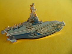 Grand Pins Pin's Bateau Marine Militaire PORTE AVIONS CHARLES DE GAULLE  Signé JY Segalen Collection 5,3 Cm X 3 Cm - Boten