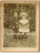 Photo Cartonnée-beau Couple D'enfants Dans Un Jardin-mode - Fotos