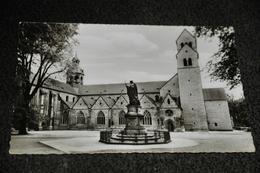 2434- Hildesheim, Der Dom Mit Bernwards-Denkmal - Kerken En Kloosters