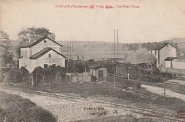 FOULAIN - LES DEUX GARES - UN TRAIN ARRIVE EN GARE - BELLE CARTE - SIGNALEMENT DE L'EMPLACEMENT DU CANON - 2 SCANNS -TOP - Gares - Avec Trains