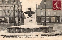 HENRICHEMONT PLACE HENRI 4 ET RUE DE BOURGOGNE LA FONTAINE EN HIVER - Henrichemont