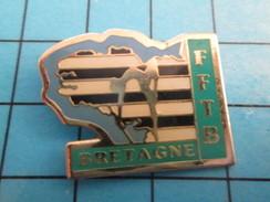 Pin811J Pin's Pins / Beau Et Rare : SPORTS / FEDERATION FRANCAISE DE TWIRLING BATON FFTB BRETAGNE - Voetbal