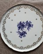 Porseleinen Bord Met Blauwe Bloemen En Vergulde Versiering - Céramiques