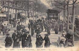 PARIS-75017- LA SORTIE DU METROPOLITAIN- PORTE MAILLOT - Arrondissement: 17