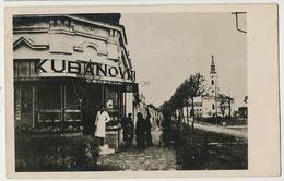 Real Photo Udvozlet Bacsrol Utcareszlet A Rom. Kath. Templommat Es Kubanovits Uzlettel Tax Belgrad - Hongrie