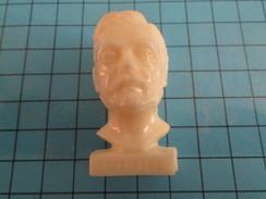 PUB001 Figurine Publicitaire Plastique Années 60 : GLOIRES DE LA 3e REPUBLIQUE Par TOTAL : BUSTE DE GUSTAF EIFFEL - Figurines