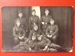 Foto AK Soldatengruppe WW2 Soldaten Mit Mütze Uniformen Reichsadler Hakenkreuz Ca. 1940 - Uniformen
