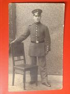 Foto AK WW1 Soldat Mit Mütze Uniform Riehla 1915 Feldpost - Uniformen