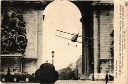 CPA PARIS L'Exploit De L'Aviateur GODEFROY Sous L'Arc De Triomph (562766) - Sin Clasificación