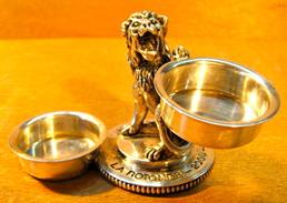 SALIERE POIVRIERE CASINO LE LYON VERT LA ROTONDE 2000 ( LION ) EN METAL POIDS 371 GRAMMES . - Dishware, Glassware, & Cutlery