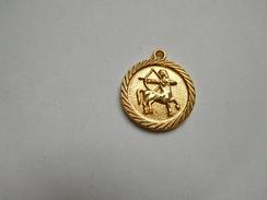 Belle Médaille ( No Pin's ) Signe Zodiaque , Sagittaire , Horoscope , Astrologie - Pins