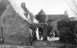 Trévou-Tréguignec. Entrée D'un Vieux Manoir (Fermiers Avec Vache) - Other Municipalities