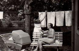 Photo Originale Blanchisserie, Lessive En 1968 - Mari Lisant Son Journal & Femme étendant Le Linge Avec Landau - Personnes Anonymes
