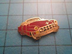 Pin712e Pin's Pins : Rare Et Belle Qualité :  VOITURE AMERICAINE ROUGE ANNEES 50 , - Badges