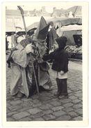 Photo Amateur Ancienne, Père Noël, Saint-Nicolas Sur Un Marché - Photos