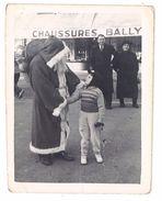 Photo Amateur Ancienne, Père Noël & Enfant Devant Magasin Chaussures Bally - Photos
