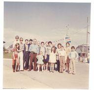 Photo Amateur Famille Devant Station Essence Total - Automobiles