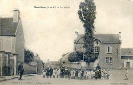 77 - Bombon - La Mairie - Enfants De L'ecole - Monsieur Avec Une Peau De Lapin - Otros Municipios